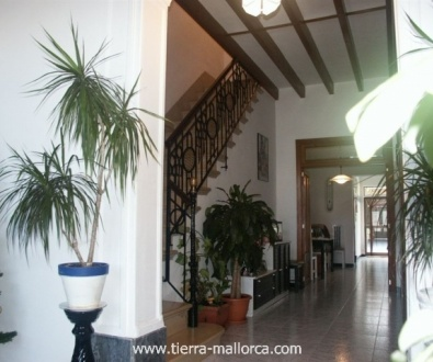 The upper floor offers 2 additional bedrooms, one bathroom and a terrace - which can be extended -.This big house is situated in a central but quiet zone in Llucmajor just a few minutes away from bars, restaurants and supermarkets.